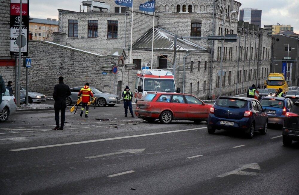 ФОТО: У горки Сосси в Таллинне столкнулись несколько автомобилей