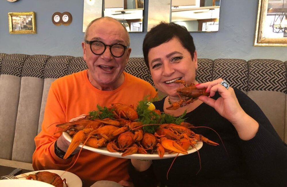 78-летний Эммануил Виторган показал, как кормит из бутылочки трехмесячную дочь