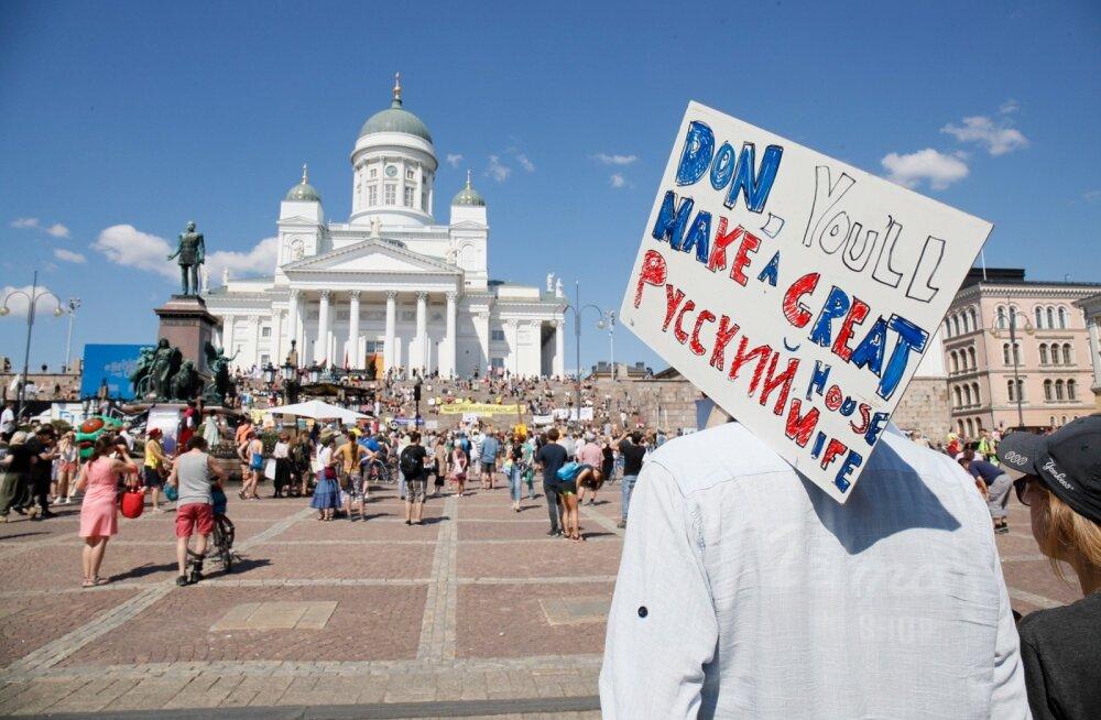 Üks meeleavaldaja on kaasa võtnud iroonilise plakati kirjaga, et Trumpist saaks Putinile hea koduperenaine.