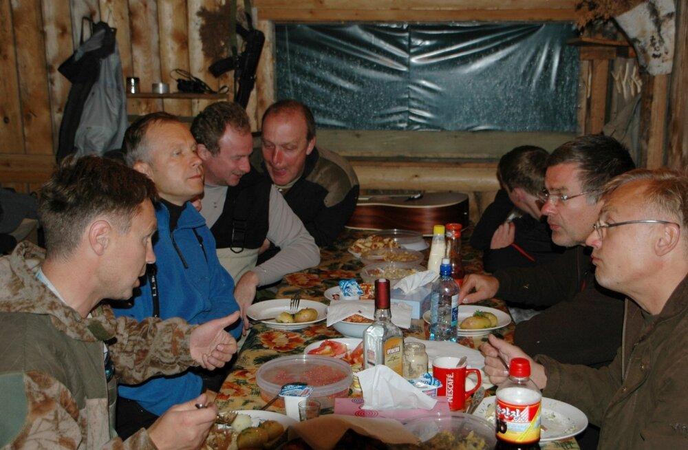 Kõmuline foto, mille avaldas uudisteagentuur AP. Läti keskpanga juht Ilmars Rimšēvičs (vasakul sinises) istub kõrvuti Vene sõjatehnikafirma toonase juhi Dmitri Pilštšikoviga (vasakult kolmas).