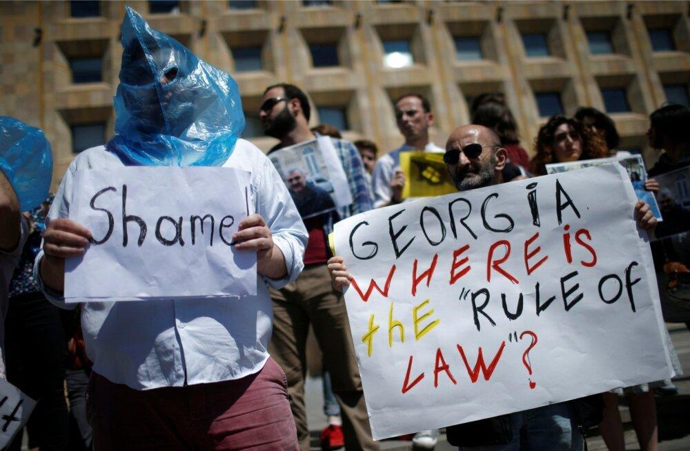 Gruusia ajakirjanikud on korraldanud mitu meeleavaldust nõudmaks Afgan Muhtarli röövi uurimist ja tema vabastamist. Meeleavaldusi ühendavaks sümboliks on saanud pähe tõmmatud kott.