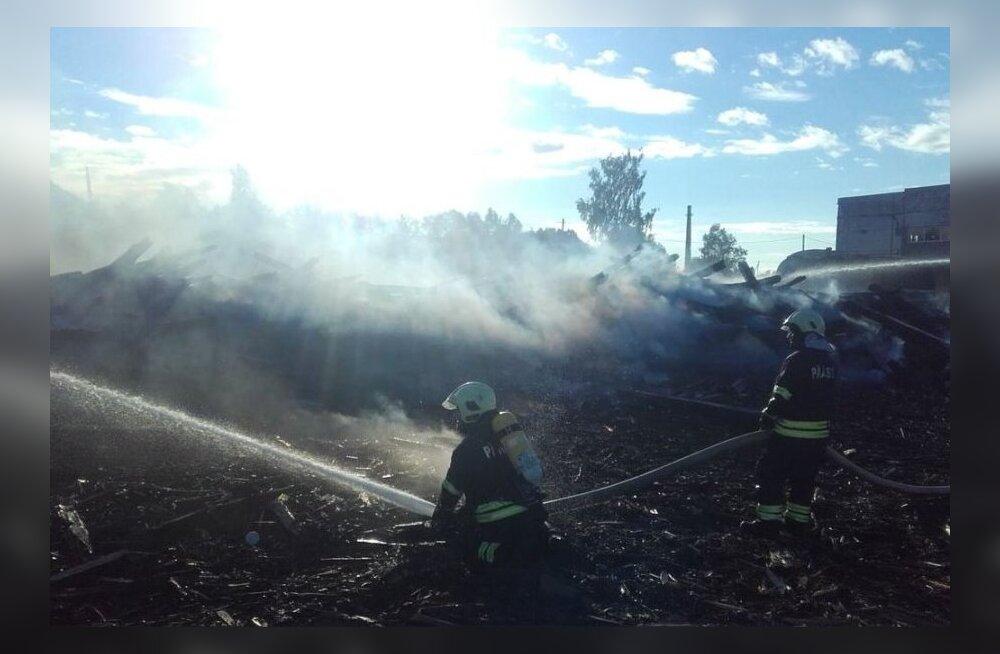 ФОТО: В Кивиыли сгорел ангар, где хранились резервуары для нефтепродуктов