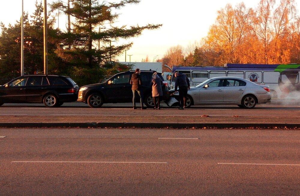 ФОТО: На Кадака теэ столкнулись три автомобиля