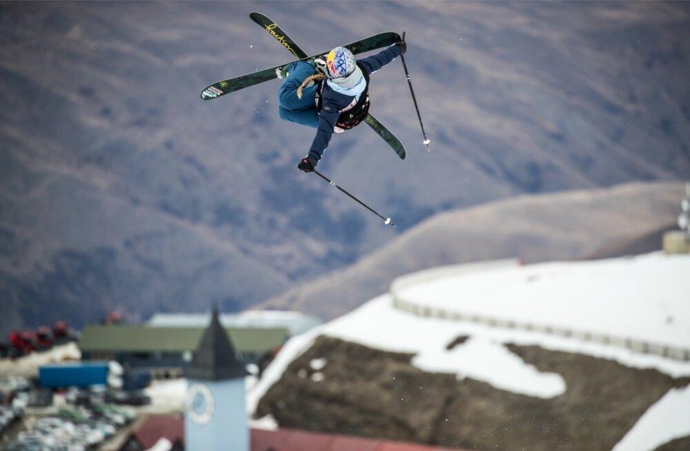 Pargisõidus näitab Kelly Sildaru kõrgeid õhulende. Rennisõidus on absoluutsest tipust praegu just kõrgus puudu ehk rohkemate punktide teenimiseks tuleb trikkide tegemiseks tõusta võimalikult kõrgele renni kohale.