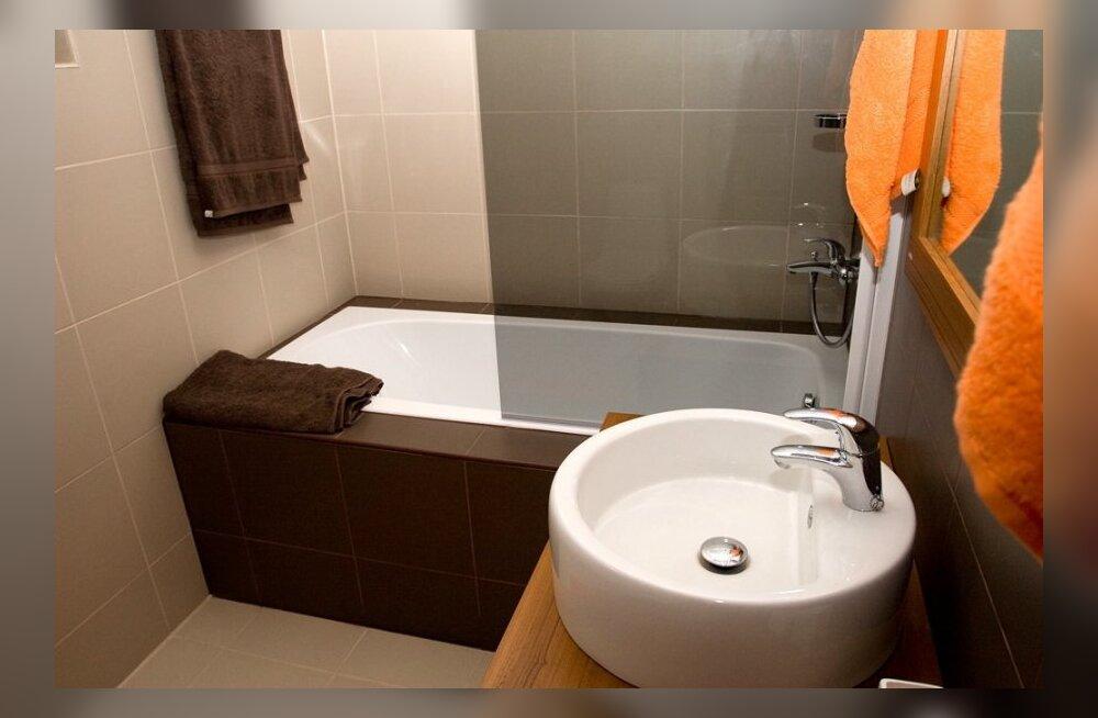 Необычный, но самый удобный способ отмыть ванну. Наклоняться не придется