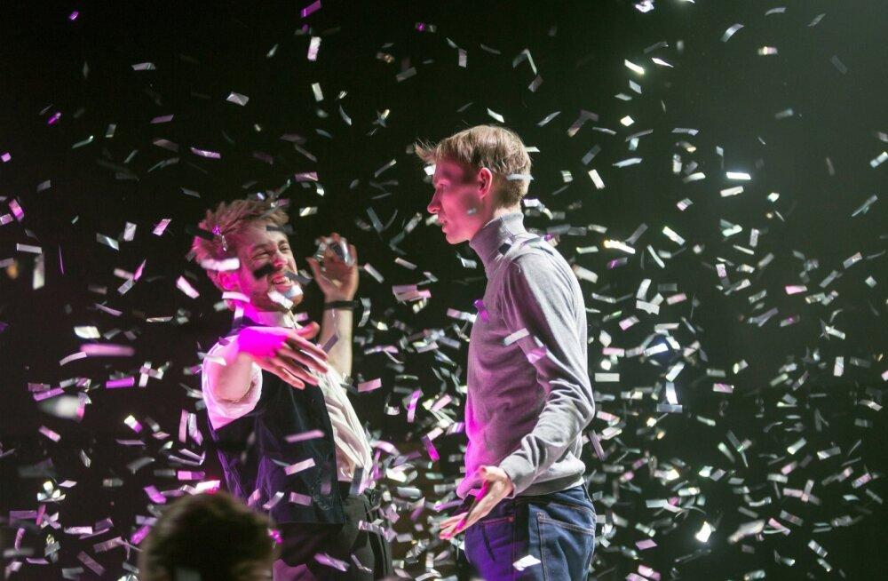 Energiast pulbitsev Henry (Markus Truup) ja tundlik loomehing Karl (Sander Roosimägi) ei jõua kunsti ja meelelahutuse küsimuses hästi üksmeelele.