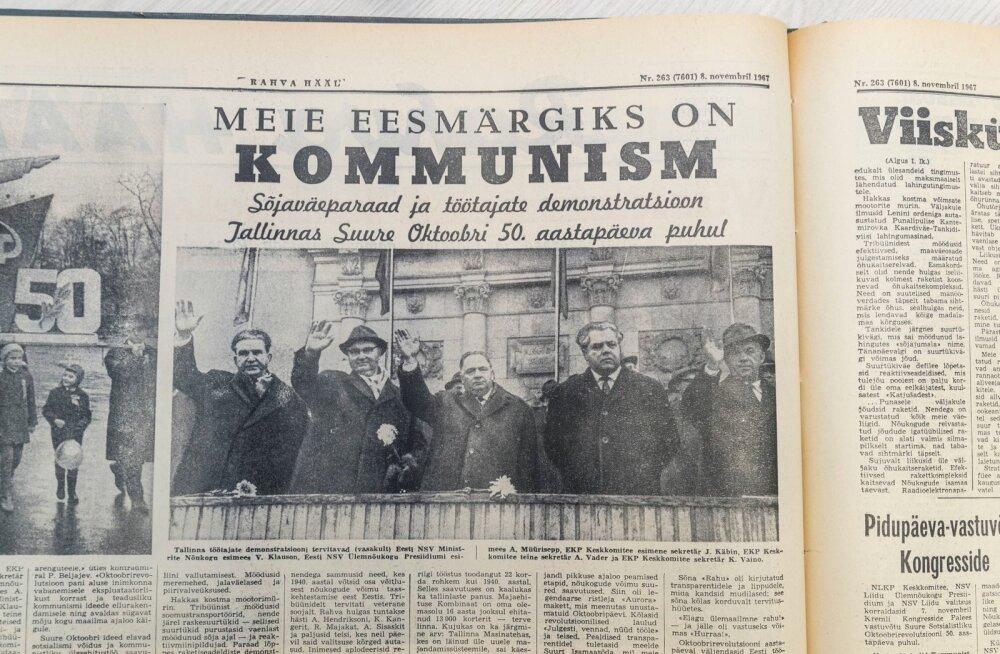 1967. aasta oktoobriparaad. Kõik parteijuhid lehvitavad rahvale nagu kord ja kohus, aga Artur Vader (paremalt teine) põrnitseb tusaselt.