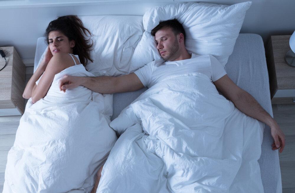 Ööd on liiga lühikesed ja sa ei mäleta, millal end päriselt välja magasid. Kas teadsid, et see võib mõjuda ka sinu suhtele?