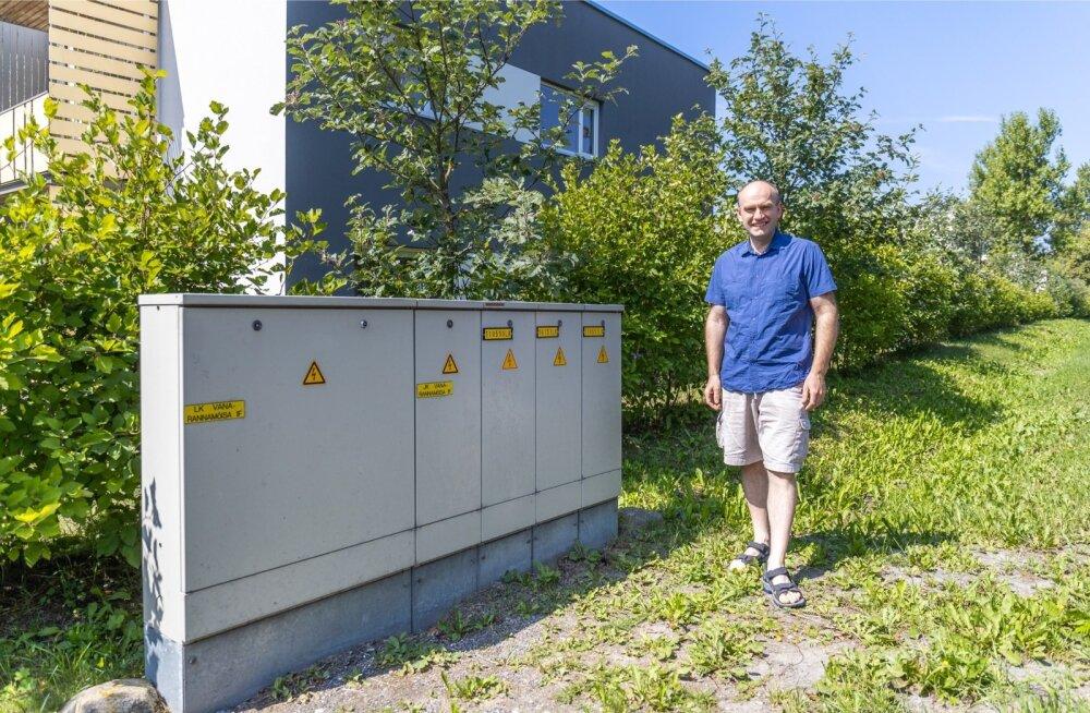 Vana-Rannamõisa tee ääres elav Andres Koorits näitab nende maja Elektrilevi liitumiskilpi, mille kõige parempoolsemas kapis tuvastati tundmatu läbilõigatud kaabel.