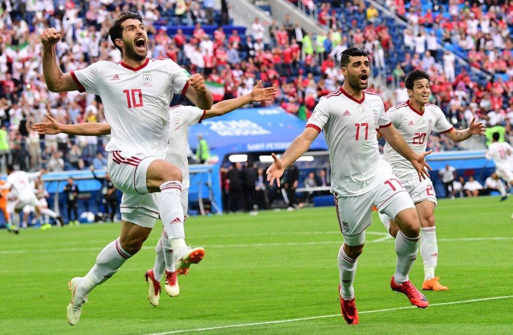 Iraani mehed võidu üle rõõmustamas.