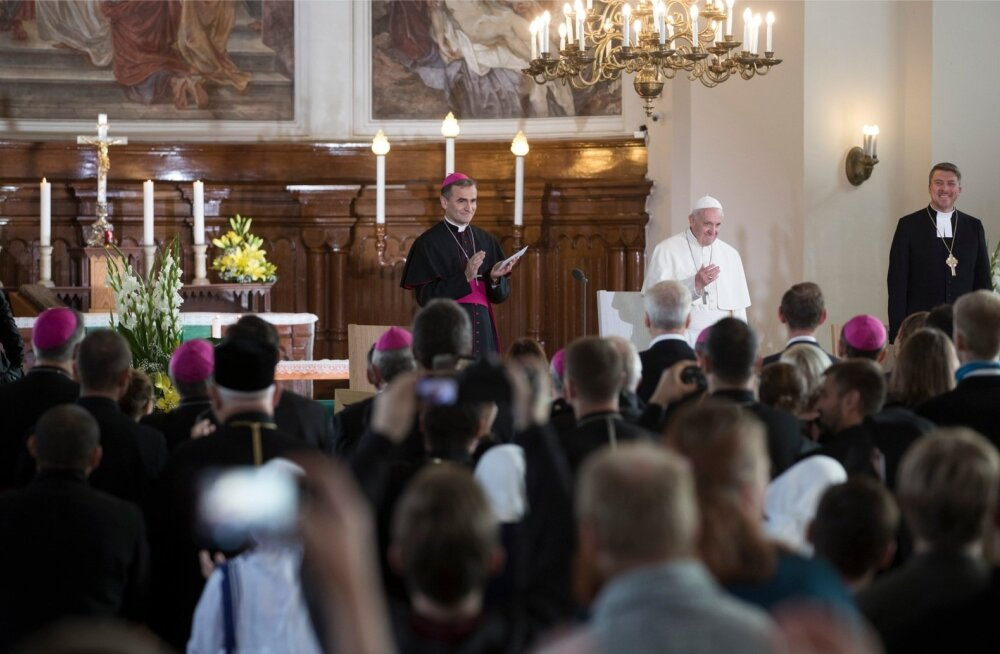 Oikumeeniline noortekohtumine Kaarli kirikus. Paavst Franciscus (keskel), EELK peapiiskop Urmas Viilma (paremal) ja roomakatoliku kiriku piiskop Eestis Philippe Jourdan (vasakul).