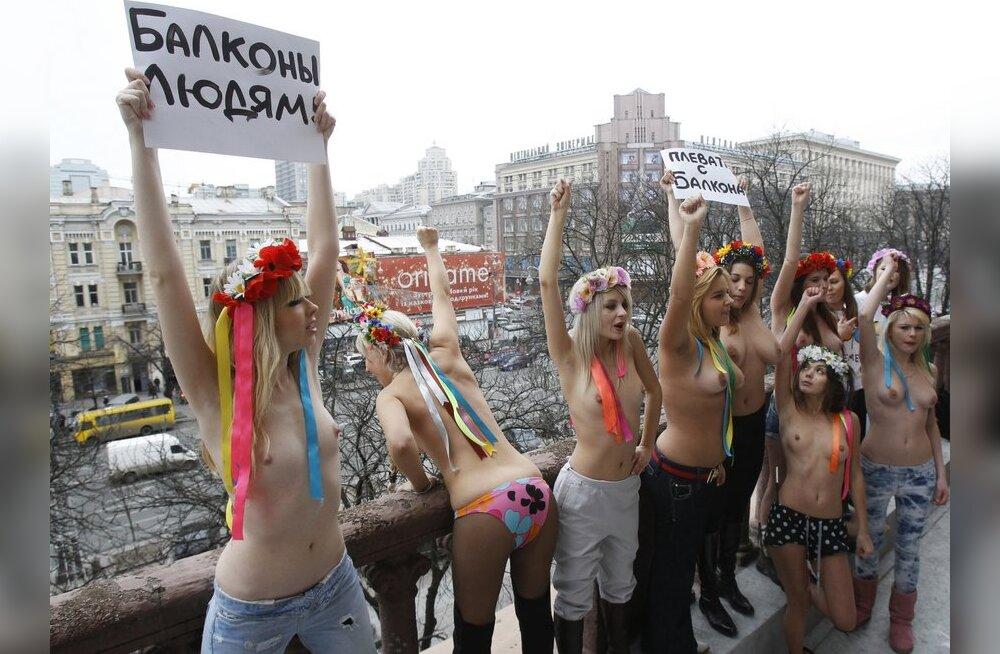 ФОТО: FEMEN сняли лифчики ради трусов на балконе