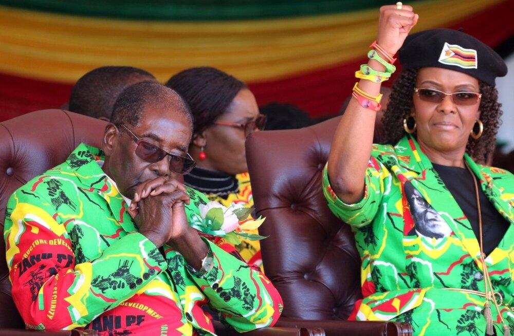 Zimbabwe esipaar Robert ja Grace Mugabe. President tukub oma tugitoolis, tema naine võitleb riigivaenlastega.