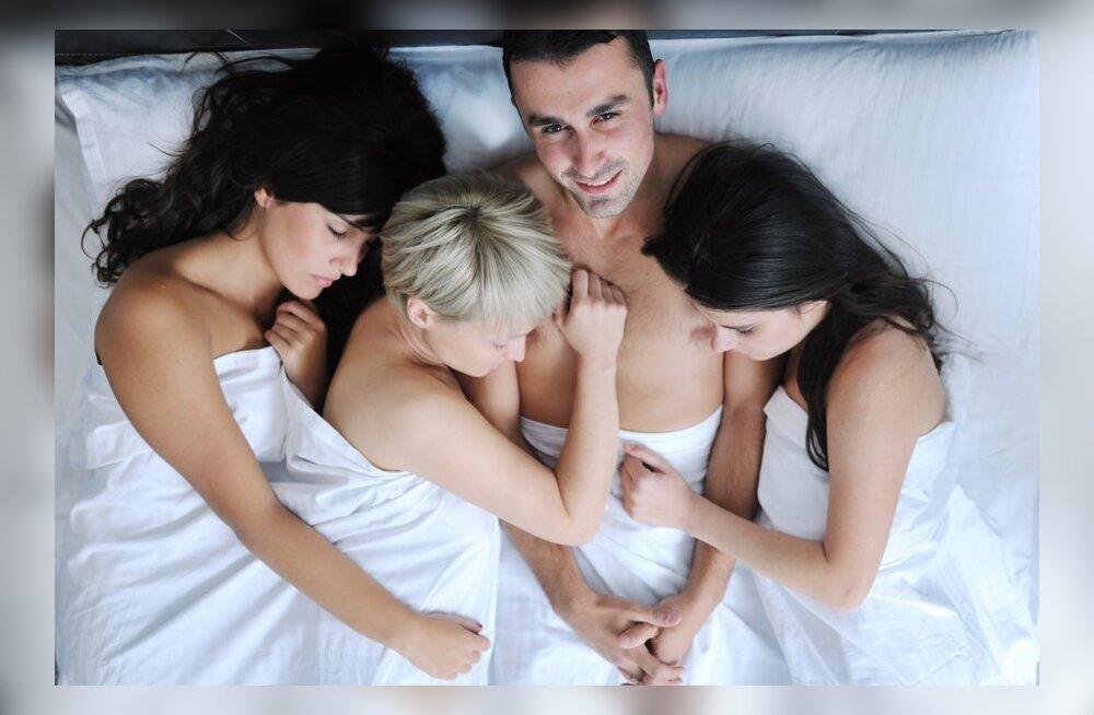 Две телки устроили свинг вечеринку, порно девушки с лохматыми кисками соло
