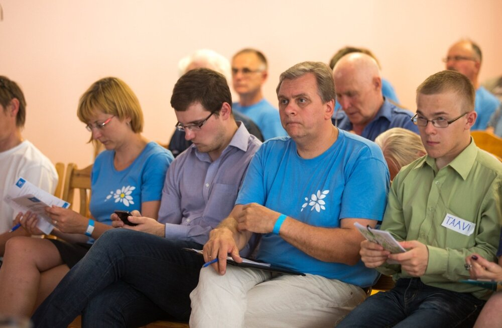 Vabaerakonna juhil Andres Herkelil (esimeses reas paremalt teine) on kriitiline ülesanne: leida parteile maailmavaade toetajaid ja valijaid kaotamata.
