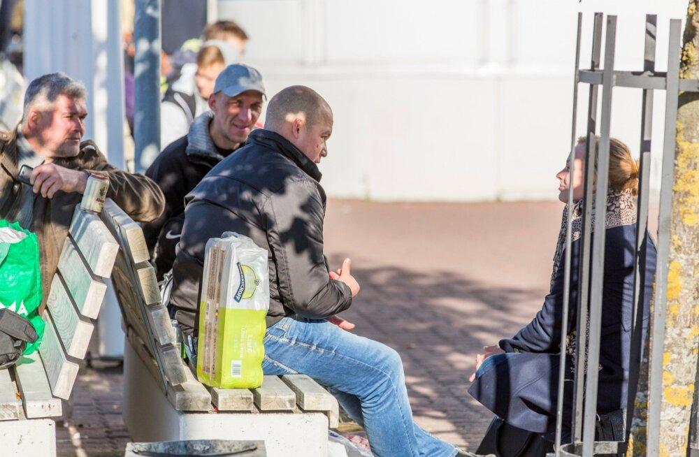 Tallinna sadamas rääkisid Soomes tööl käinud ja käivad inimesed, et eestlaste voog üle lahe ei näi lõppevat. Samuti ei näi lõppevat probleemid ja mured.