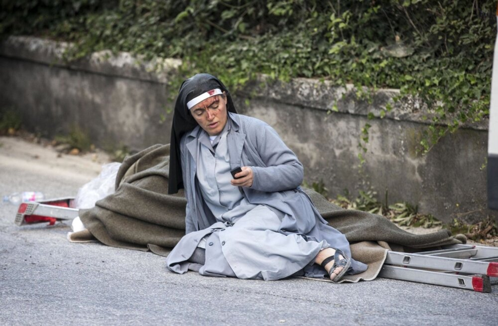 Päästetöödel abiks olev nunn on seltsiks redelile paigutatud kannatanule ja veedab tänapäevaselt aega telefoniga.