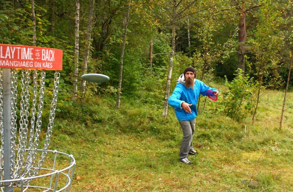 Disc golfi mängija Indrek Sarvin Nõmme rajal