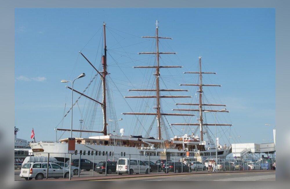 Suuremõõduline purjelaev sadamas