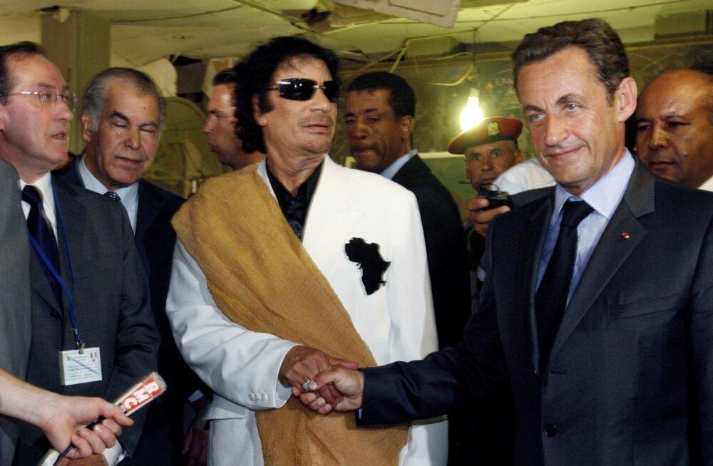 2007. aastal kätles Nicolas Sarkozy (paremal) Muammar Gaddafit.