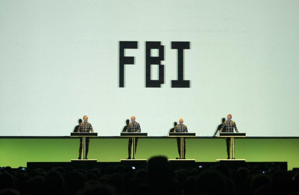 """Lugu """"Computer World"""" sisaldab loetelu organisatsioonidest, kellel on 1981. aasta seisuga palju andmeid: Interpol, Deutsche Bank, FBI ja Scotland Yard."""