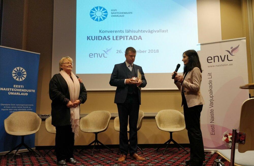 Auhinna andsid Urmas Reinsalule (keskel) üle ENÜ eesistuja Harda Roosna (vasakul) ja Eesti varjupaikade liidu juhatuse liige Eha Reitelmann.