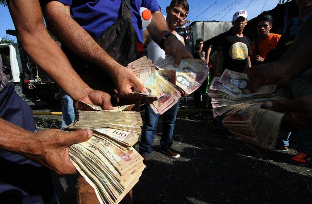 Venezuelalastel on külluses kehtetuks tunnistatud 100-boliivarisi rahatähti. Mustal turul maksis 100-boliivarine kaks USA senti.