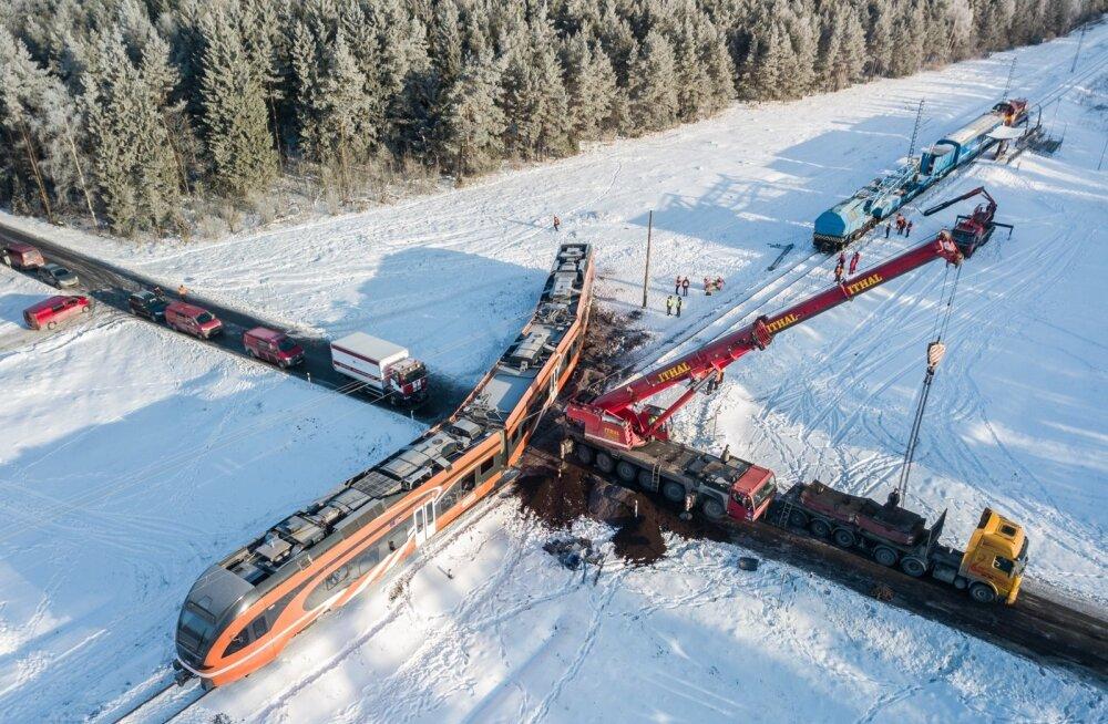 Kulnas avarii teinud rongi tagasi rööbastele tõstmine