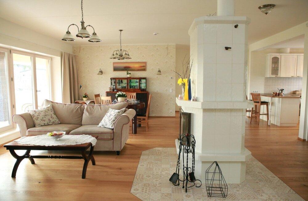 Elutuba on helge ja avar. Uus maja ja vana mööbel on maitsekalt kokku sobitatud. Muide, selles ruumis ei ole teravate nurkadega esemeid. Selline oli majaperenaise Raili soov.