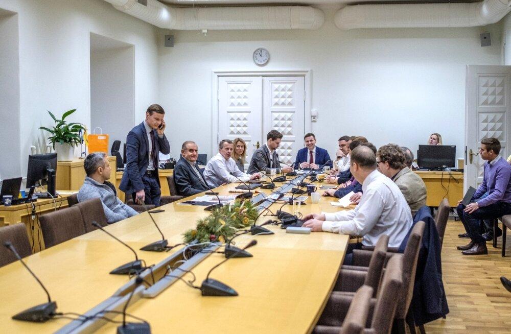 20. detsembril otsustas Reformierakonna juhatus, et erakonna esimehe valimised on 14. aprillil erakonna üldkogu istungil. Hanno Pevkur naeratab laua otsas, Kaja Kallas on ülejärgmine tema paremal käel.