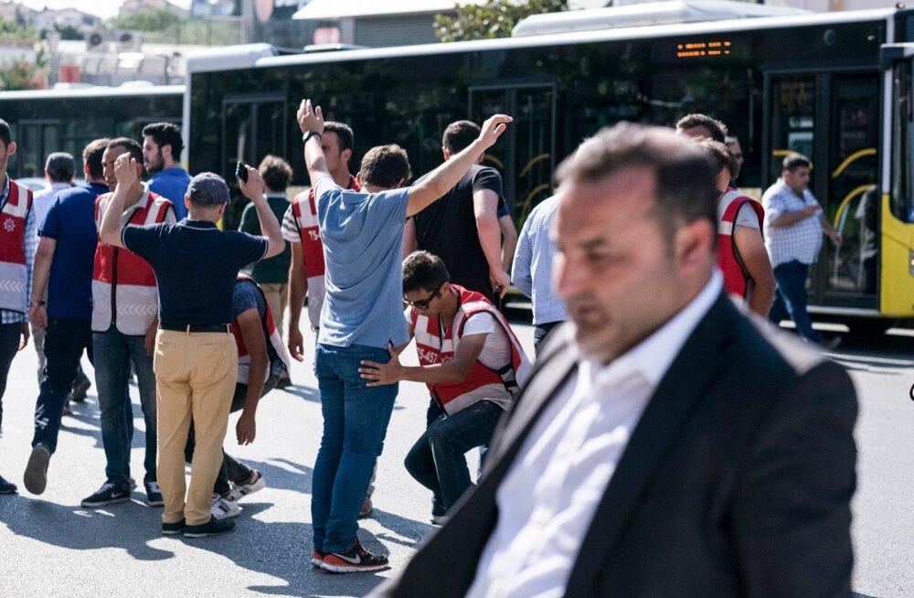 Elu Türgi pealinnas jätkub pärast riigipöördekatset tavapäraselt, kui välja arvata, et putšis hukkunute matustele siirdujad otsitakse läbi.