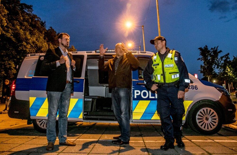 Ministrid Urmas Reinsalu (vasakult) ja Andres Anvelt ning põhja prefekt Kristian Jaani õhtust kambadessanti tegemas.