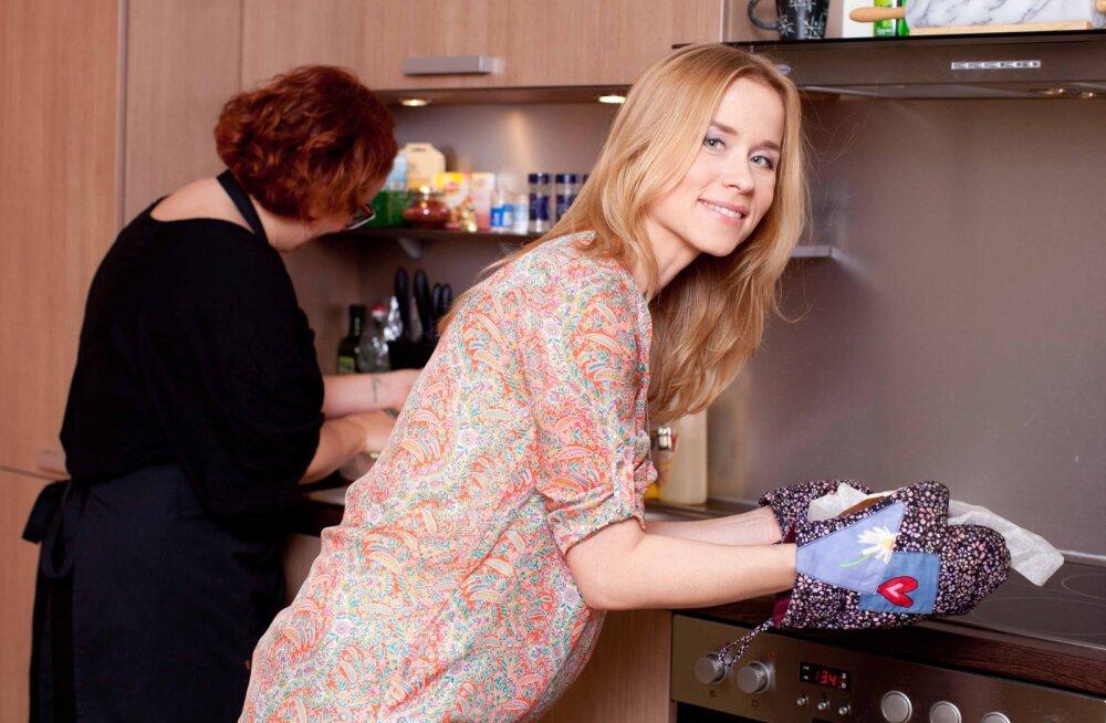 RETSEPT | Näitleja Evelin Võigemasti banaani-rummikeeks kreeka pähklite ja šokolaadiga