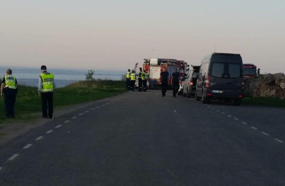 FOTOD | Paldiskis Pakri poolsaarel merre sõitnud sõiduautost leiti hukkunu