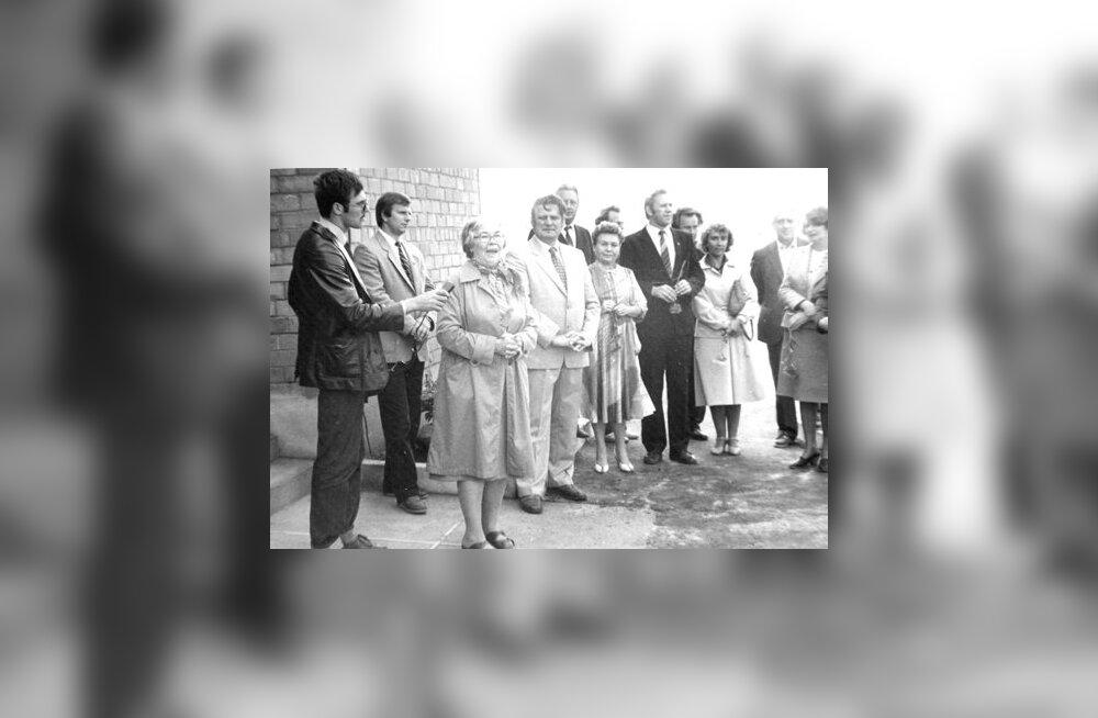 Jäneda Kooli avamine 1. sept 1985, kõneleb kirjanik Veera Saar, temast paremal Jäneda ST direktor Endel Lilleorg, tolleaegne haridusminister Elsa Gretškina. (foto: Jäneda kooli arhiiv)
