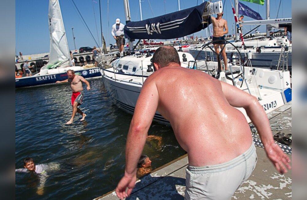 FOTOD: ülemeelikud lätlased tähistasid etapi võitu suplusega!