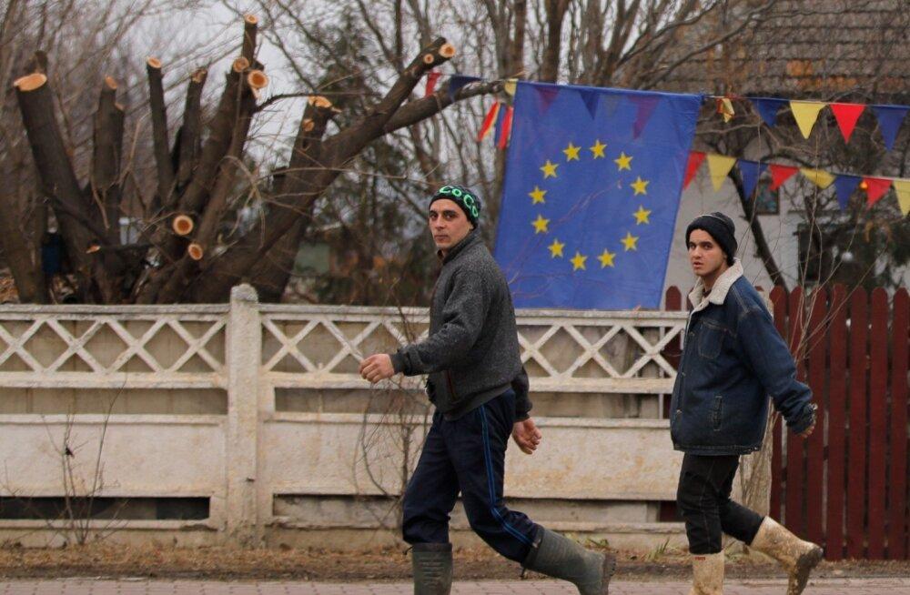 Üks Lõuna-Rumeenia Tărtășești küla elanik tähistas Euroopa Liidu eesistumise algust tähelipu ja Rumeenia riigilipu värvides vimplitega.
