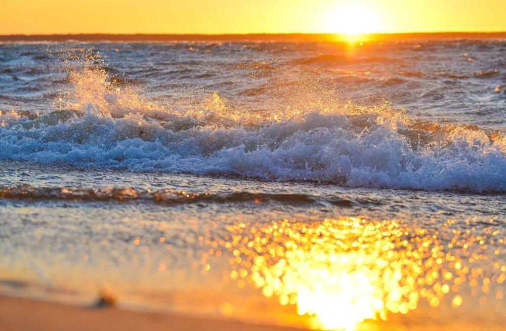 Õhtu rannas ja täiskuu