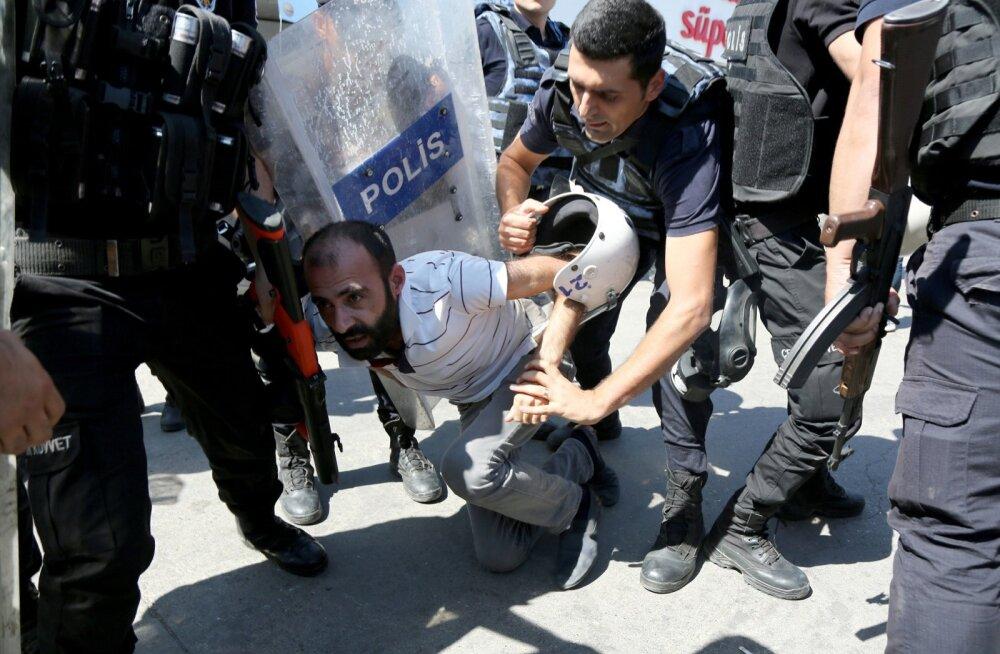 Politsei vahistas reedel meeleavaldaja, kes protestis 11 000 kurdi rahvusest õpetaja vallandamise vastu.