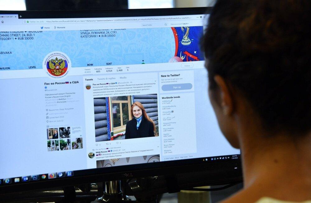 Toimetaja vaatab Vene Föderatsiooni USA saatkonna Twitteri-lehekülge, millel on postitus vene naise Maria Butina arreteerimise kohta Hollywoodis, Californias 16. juulil 2018.