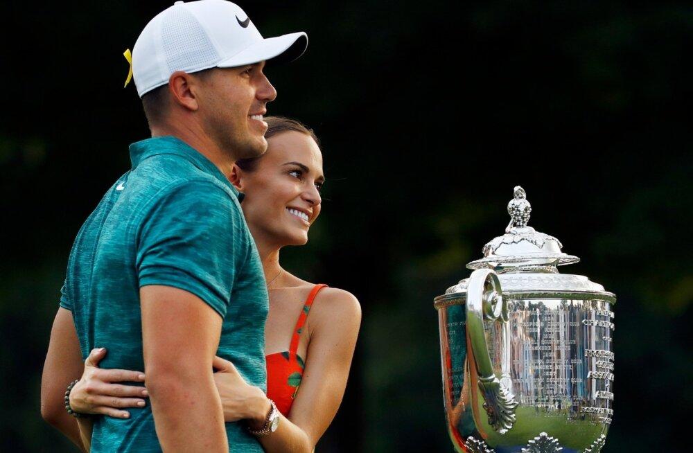 Brooks Koepka, tema tüdruksõber Jena Sims ja PGA meistrivõistluste karikas.