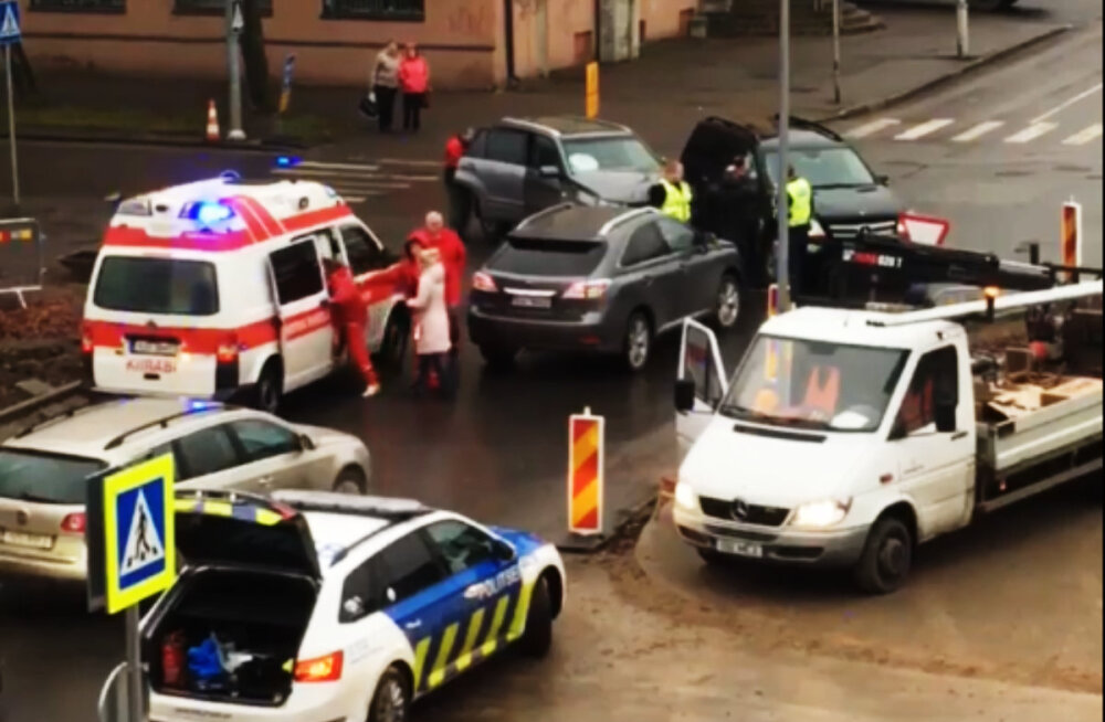 "ВИДЕО: В Нарве на перекрестке у гостиницы ""Нарва"" произошла авария"