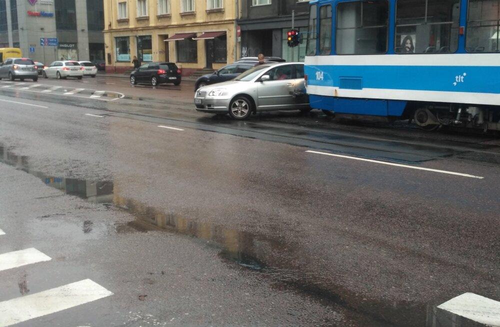 FOTO | Narva maanteel rammis tramm sõiduautot