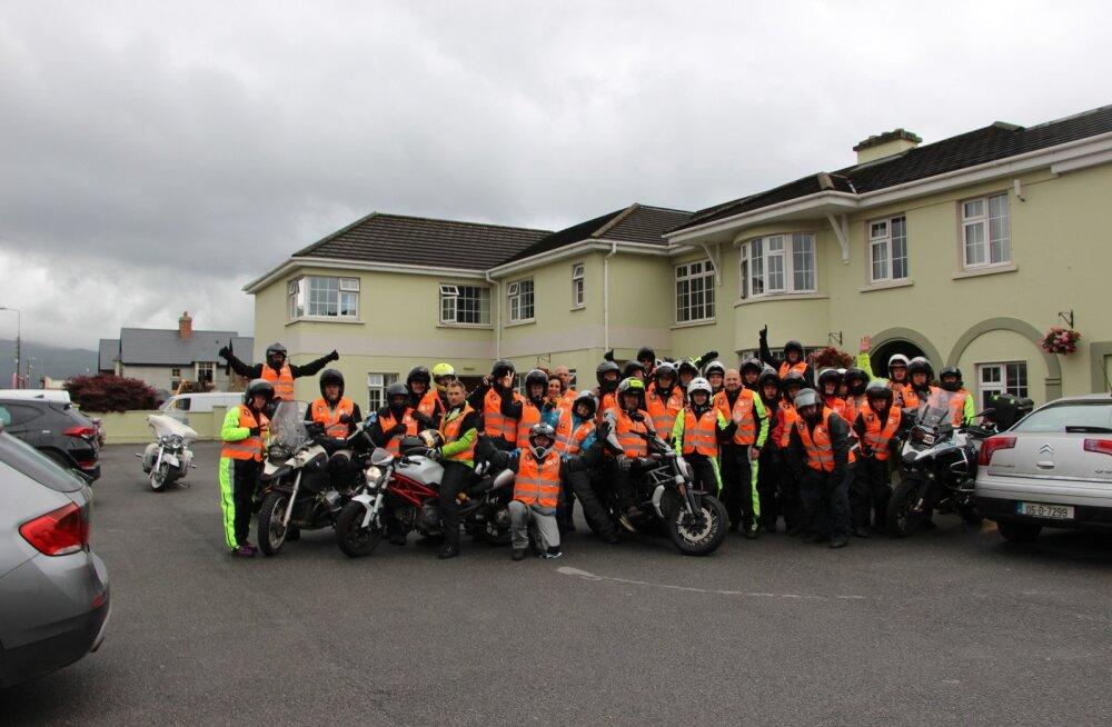 Vihmariided seljas, algab Kultuurse Motobande kolmas sõidupäev Killarneys asuva Castle Lodge'i külalistemaja eest.
