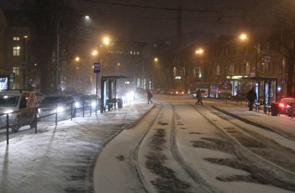 Teeilmakeskus hoiatab tormi eest: öösel jõuab Eestisse väga tugev tuul, sajab lund, lörtsi ja vihma