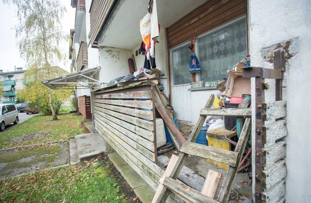 Mees käib korteris rõdu kaudu, sest naabrid lõid korteriomaniku loal ukseaugu kinni, vältimaks ebameeldivat haisu ja rämpsu kogunemist trepikotta.