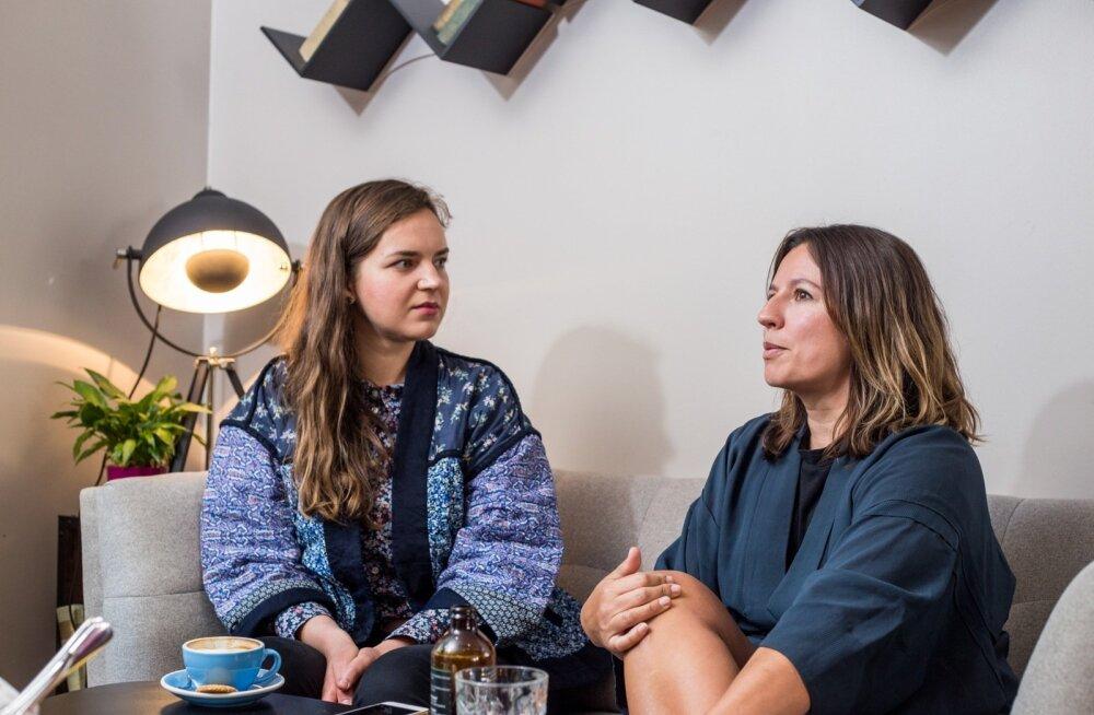 """Saksofonist Maria Faustil (paremal) ja pianist Kirke Karjal on kavas luua teos Eesti uue identiteedi otsinguist. """"Vanast nõukogudeaegsest identiteedist ei ole veel päris lahti lastud ja uus ei ole veel päris valmis,"""" selgitab Faust."""