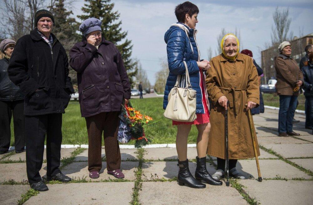 KATKEND RAAMATUST | Donetski rindejoonel asuvas külas elavad Ukraina sõdurid, aga mune praetakse Vene gaasiga