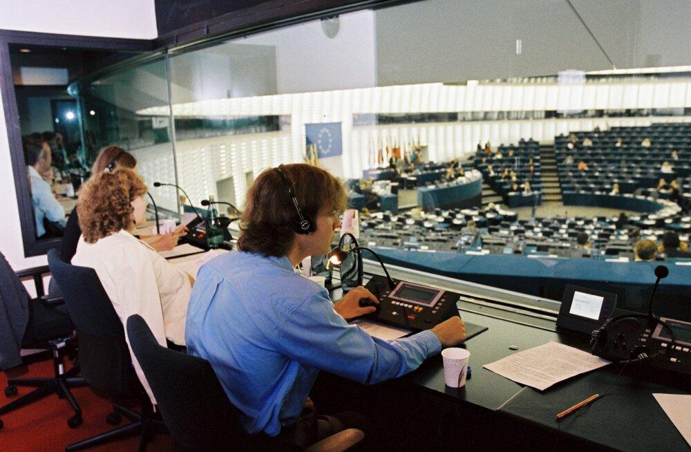Euroopa Parlamendi saalis tõlgitakse kõned 23 keelde – kõneleja võib valida ükskõik millise neist. Professionaalsed tõlgid soovitavadki häbita oma emakeeles kõneleda.