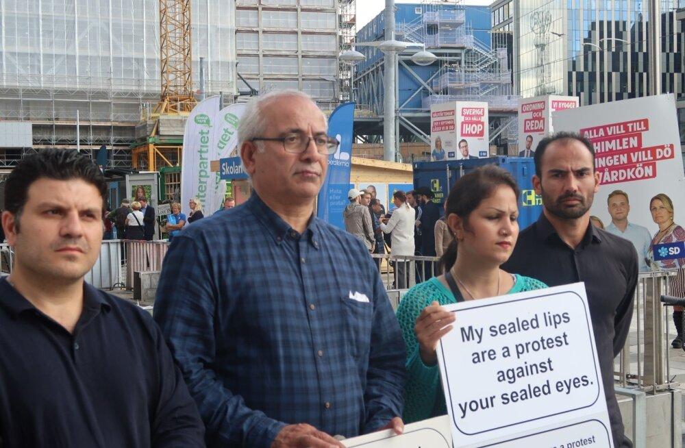 Ghasem Afshar (vasakult teine) lasi protestiks oma huuled kinni õmmelda. Tema paremal käel seisev Ali Reza kinnitas, et protestitakse eelkõige SD vastu.